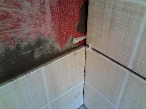 облицовка плиткой в углах смежных стен
