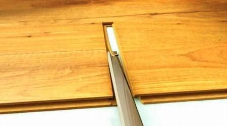 Стамеской или ножом срежьте замок со следующей планки