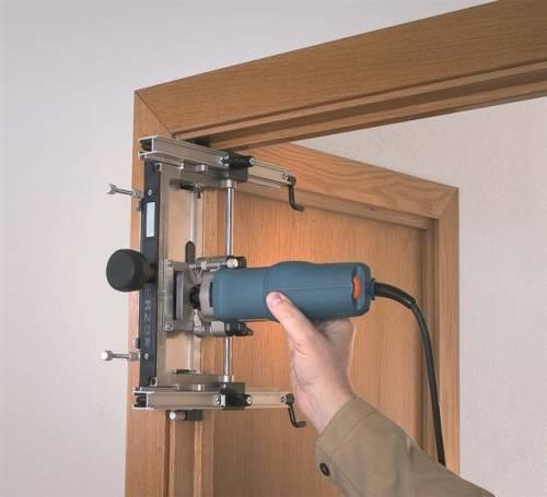 Установка дверных петель на дверную коробку