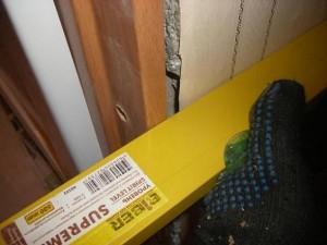 Измерените горизонтального уровня дверной коробки