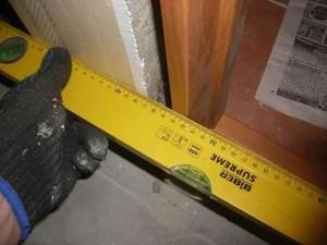 Измерение уровня дверной коробки