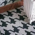 Укладка листов мозаики на пол