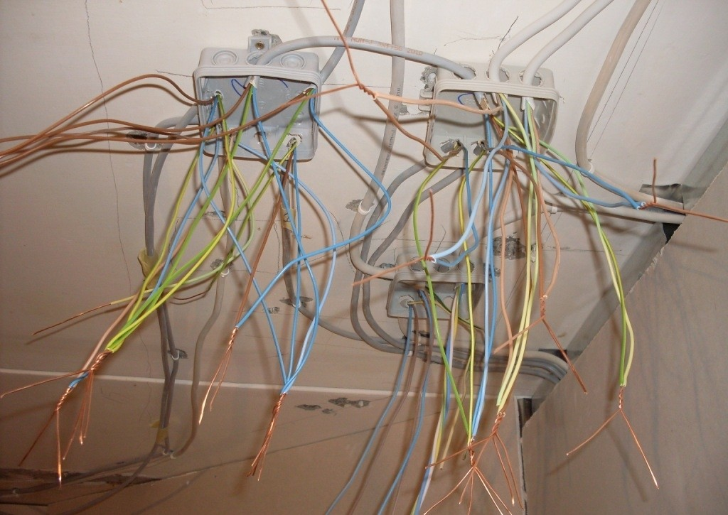 Соединение проводов скруткой, пайкой, на резьбе, заклепкой 35