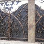 Кованые ворота в загородном доме