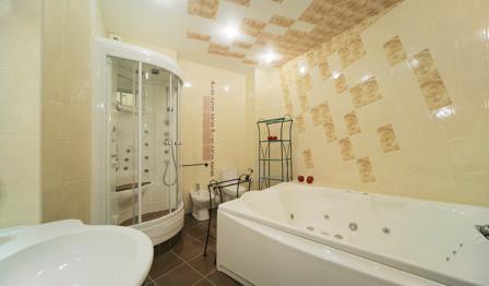 облицовка плиткой потолка ванной