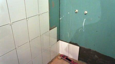выровнять стены в ванной гипсокартоном